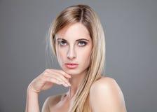Jonge blondeschoonheid met recht haar Stock Foto's
