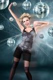 Jonge blondevrouw bij de club van de nachtdisco stock afbeeldingen