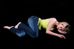Jonge blondevrouw die op de vloer liggen Royalty-vrije Stock Afbeelding