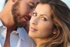 Jonge blondevrouw en een man op achtergrond Stock Fotografie