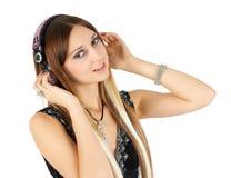 Jonge blondevrouw het luisteren muziek Stock Fotografie