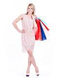 Jonge blondevrouw met kleurrijke het winkelen zakken stock afbeelding