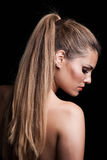 Jonge blondevrouw met lang haar in paardestaartprofiel stock foto