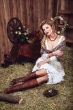 Jonge blondevrouw in rustieke stijl Royalty-vrije Stock Foto's