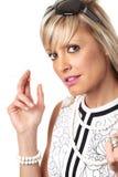 Jonge blondevrouw in uitstekende sigarette van de kledingsholding Stock Fotografie