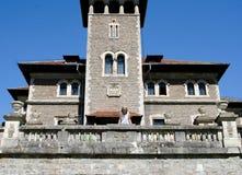 Jonge blonevrouw die neer op terras wi van het steen oude kasteel bekijken Royalty-vrije Stock Fotografie