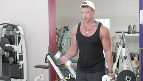Jonge bodybuilder stock video