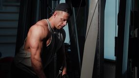 Jonge bodybuilder opleiding in een gymnastiek stock footage