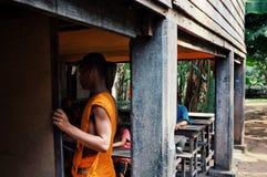 jonge boeddhistische leraar die vandaag onderwerp verklaren bij een voorlopig schoolgebouw royalty-vrije stock afbeelding