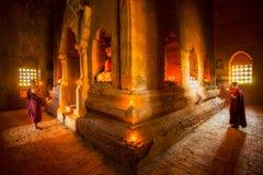 Jonge boeddhistische monnik stock foto's