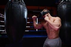 Jonge bokser tijdens virtuele strijd royalty-vrije stock afbeelding