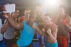 Jonge boksers die selfie in het bestrijden van houding nemen stock afbeelding