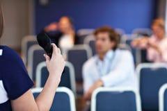 Jonge bored mensen die in conferentieruimte zitten Royalty-vrije Stock Foto's