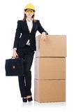 Jonge bouwersvrouw met geïsoleerde dozen en zakken Stock Foto
