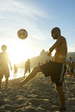 Jonge Brazilianen die Keepy Uppy Altinho Rio Beach spelen Royalty-vrije Stock Foto
