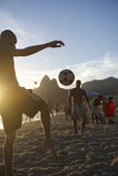 Jonge Brazilianen die Keepy Uppy Altinho Rio spelen Royalty-vrije Stock Foto's