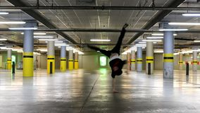 Jonge breakdancer die in de garage dansen stock videobeelden