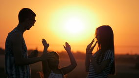 Jonge broer en zuster twee bij zonsondergang stock video