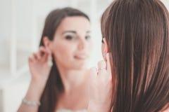Jonge bruid bij de spiegel stock afbeelding