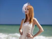 Jonge bruid bij het strand royalty-vrije stock afbeeldingen