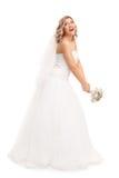 Jonge bruid die haar huwelijksboeket werpen royalty-vrije stock foto