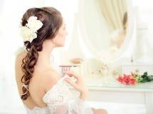 Jonge bruid dichtbij de spiegel Stock Fotografie