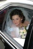 Jonge bruid in een sluier en met een boeket Stock Foto