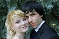 Jonge bruid en bruidegom Stock Afbeeldingen