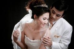Jonge bruid en bruidegom in erotische emotio Stock Afbeelding