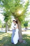 Jonge bruid en bruidegomgang in aard Royalty-vrije Stock Fotografie
