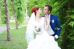Jonge bruid en bruidegomgang in aard Stock Fotografie