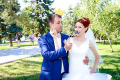 Jonge bruid en bruidegomgang in aard Stock Foto
