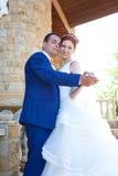 Jonge bruid en bruidegomgang in aard Stock Foto's