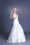 Jonge bruid in huwelijkskleding Stock Afbeeldingen