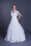 Jonge bruid in huwelijkskleding Stock Foto's