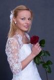 Jonge bruid in huwelijkskleding Stock Foto