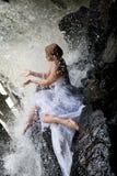 Jonge Bruid op een Rivier royalty-vrije stock afbeeldingen