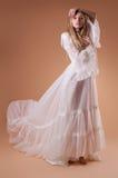 Jonge bruid in studio Stock Foto's