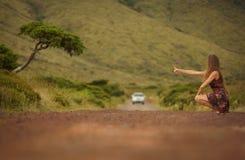 Jonge bruid in witte huwelijkskleding op achtergrond van mooie mening van Flores-eiland, AzoresYoung-vrouw die een rit op een weg royalty-vrije stock foto's