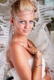 Jonge bruid in witte kleding met tiara en sluier Stock Afbeeldingen