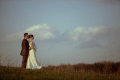 Jonge bruidbruidegom tegen blauwe hemelwolken Stock Foto's