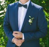 Jonge bruidegom in blauw kostuum outdoors Royalty-vrije Stock Afbeeldingen