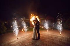 Jonge bruidegom en bruid met twee brandende harten fireshow Stock Foto