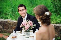 Jonge bruidegom kijken die die bij zijn bruid wordt verrukt royalty-vrije stock foto's