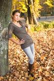 Jonge brunette die hottie in het park stelt. Stock Foto's