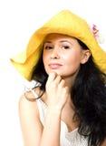 Jonge brunette in gele hoed Stock Fotografie