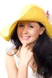 Jonge brunette in gele hoed Stock Afbeeldingen