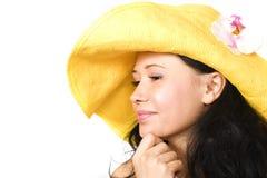 Jonge brunette in gele hoed Royalty-vrije Stock Afbeeldingen