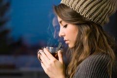 Jonge brunette met hete thee. stock afbeeldingen