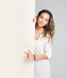 Jonge brunette met leeg aanplakbord. royalty-vrije stock fotografie
